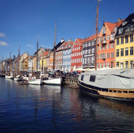 Koppenhága romantikus házsora egy hajókkal teli csatorna mellett